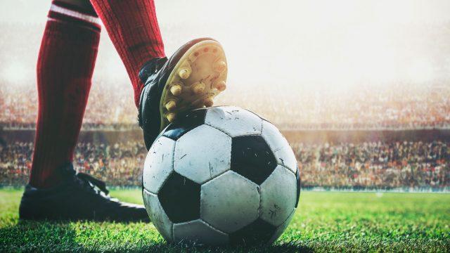 Spieler mit Fußball - Die besten Apps zum Bundesliga-Start