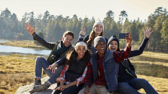 Gruppe von Geocachern mit Smartphone