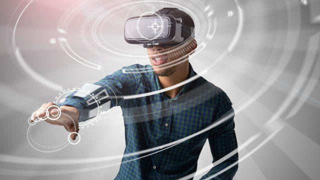 Mann testet VR-Handschuhe.