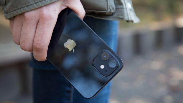 iPhone 12 in der Hand halten