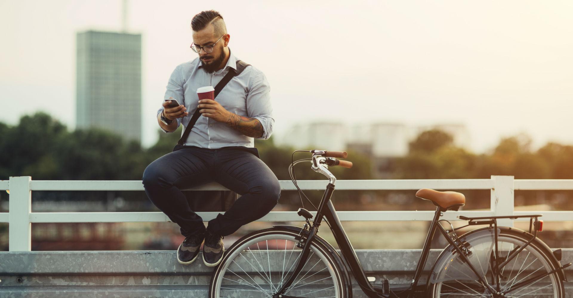 Junger Mann nutzt WhatsApp am Smartphone.