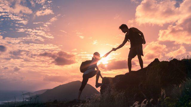 Wanderer helfen sich gegenseitig