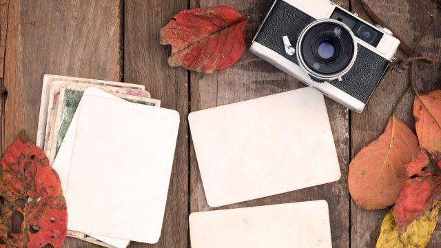 Retro-Kamera mit Fotos auf einem Tisch