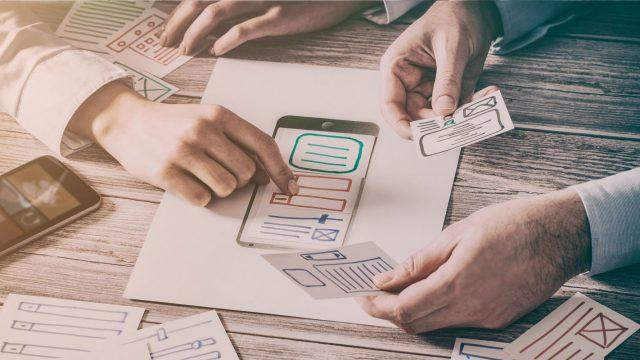 Menschen am Tisch besprechen App-Konzept
