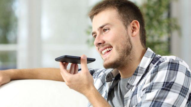 Mann spricht in sein Smartphone
