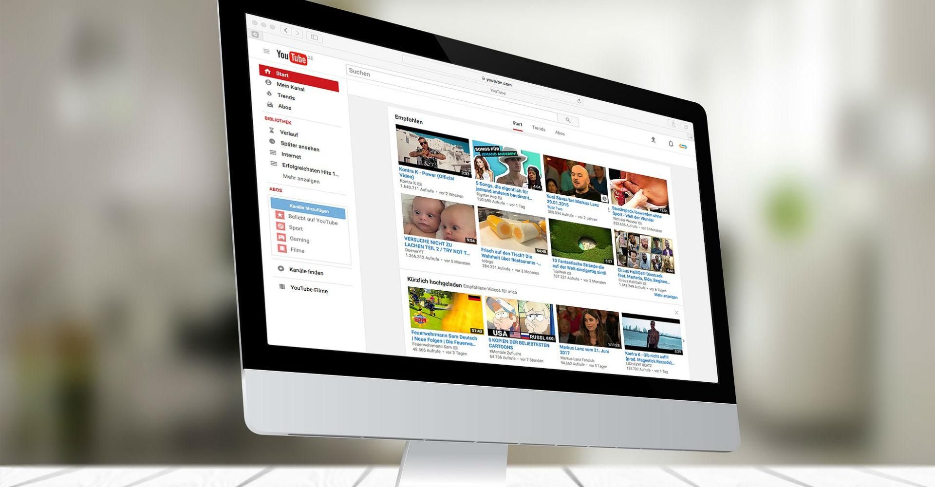Apples weißer Mac-Computer mit YouTube im Browser geöffnet.