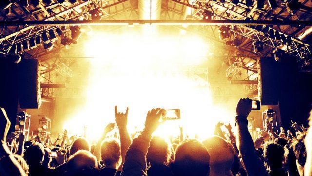 Menschenmenge vor Konzertbühne mit Smartphones in der Hand