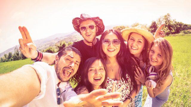 Gruppe junger Menschen mit 360 Grad Kamera Selfie