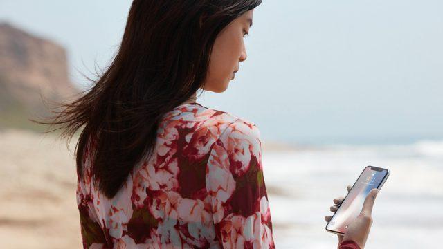 Frau betrachtet neues iPhone.