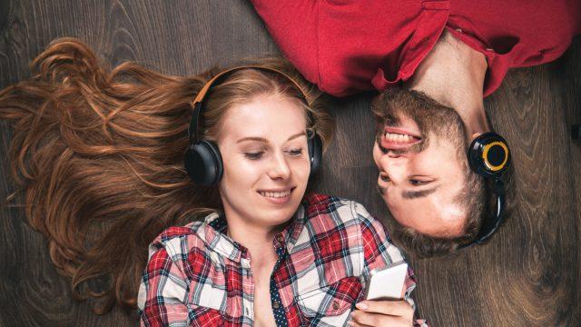 Mann und Frau hören gemeinsam drahtlos Musik