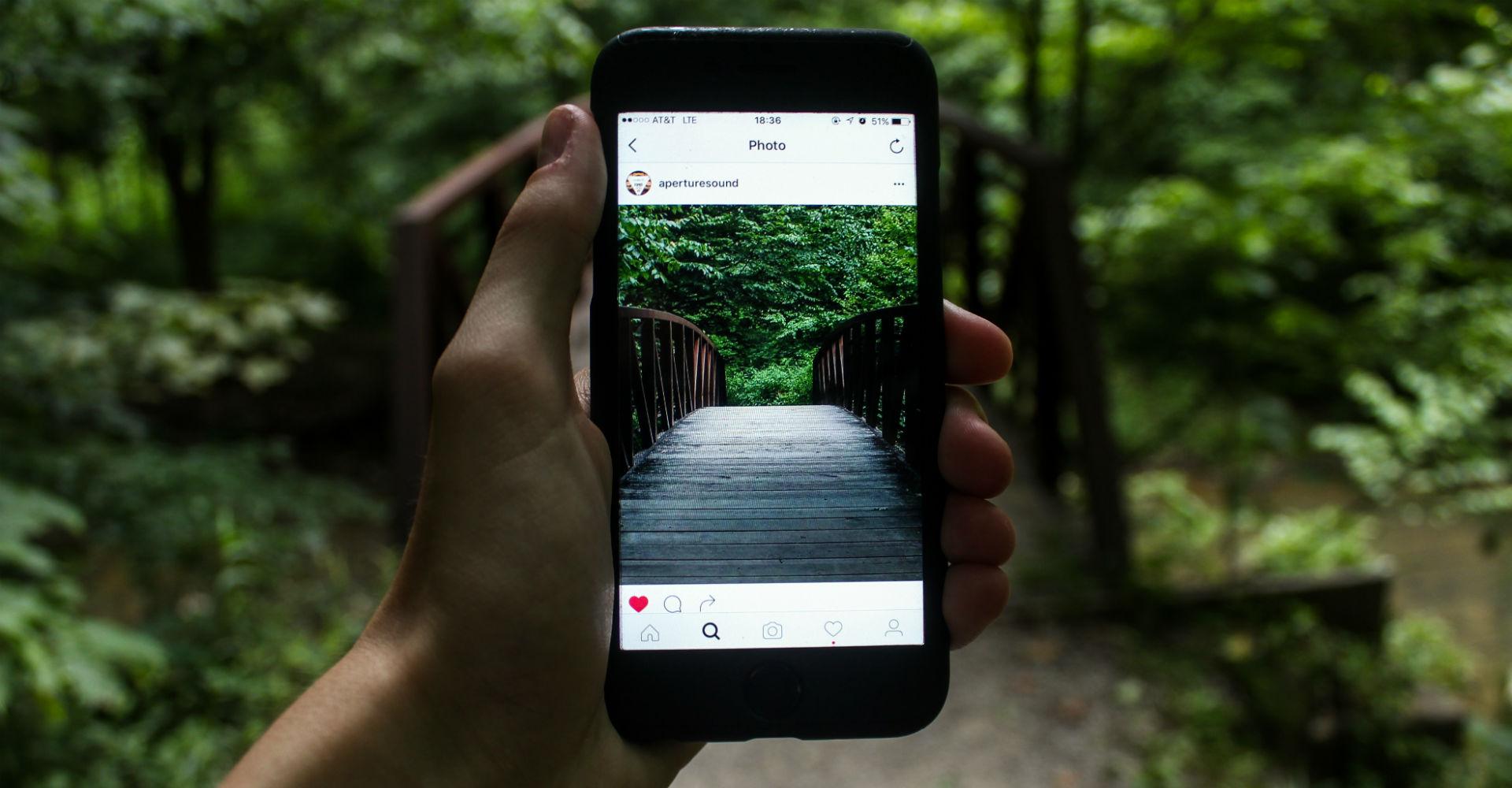 Smartphone mit geöffnetem Instagram-Bild.