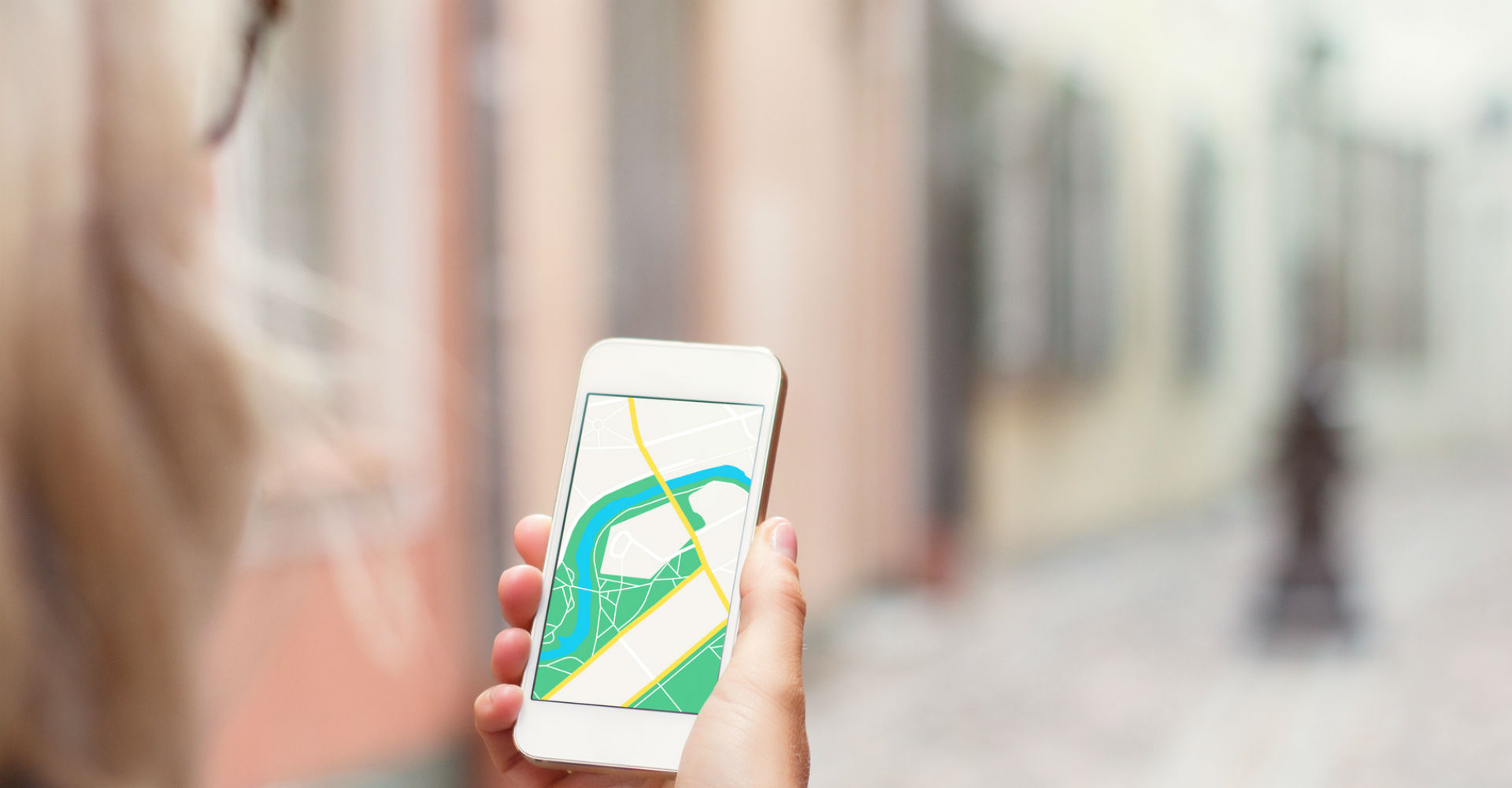 Junge Frau nutzt Apple Maps zur Navigation mit dem iPhone.