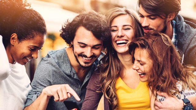 Gruppe junger Leute amüsiert sich in Facebook-Gruppen