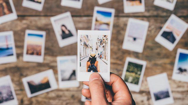 Eine Sammlung an Urlaubsbildern auf einem Tisch