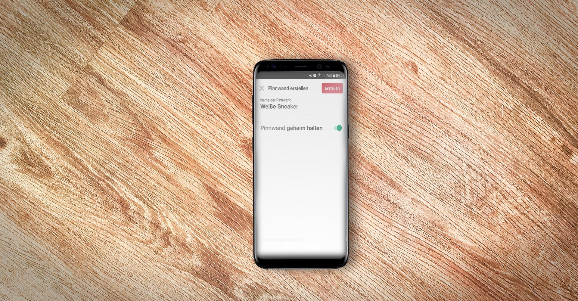 Pinterest-Screenshot auf Samsung-Smartphone auf Holz.