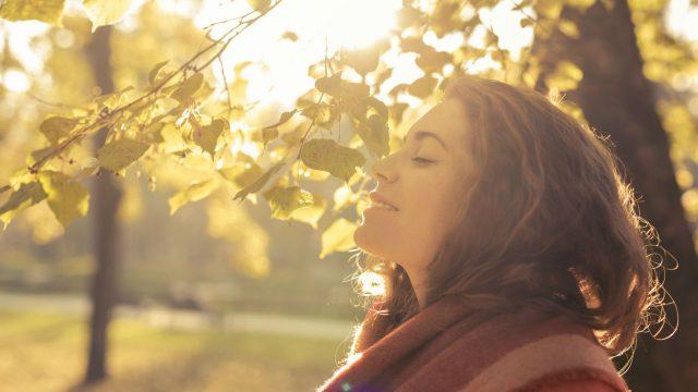 Frau meditiert und entspannt