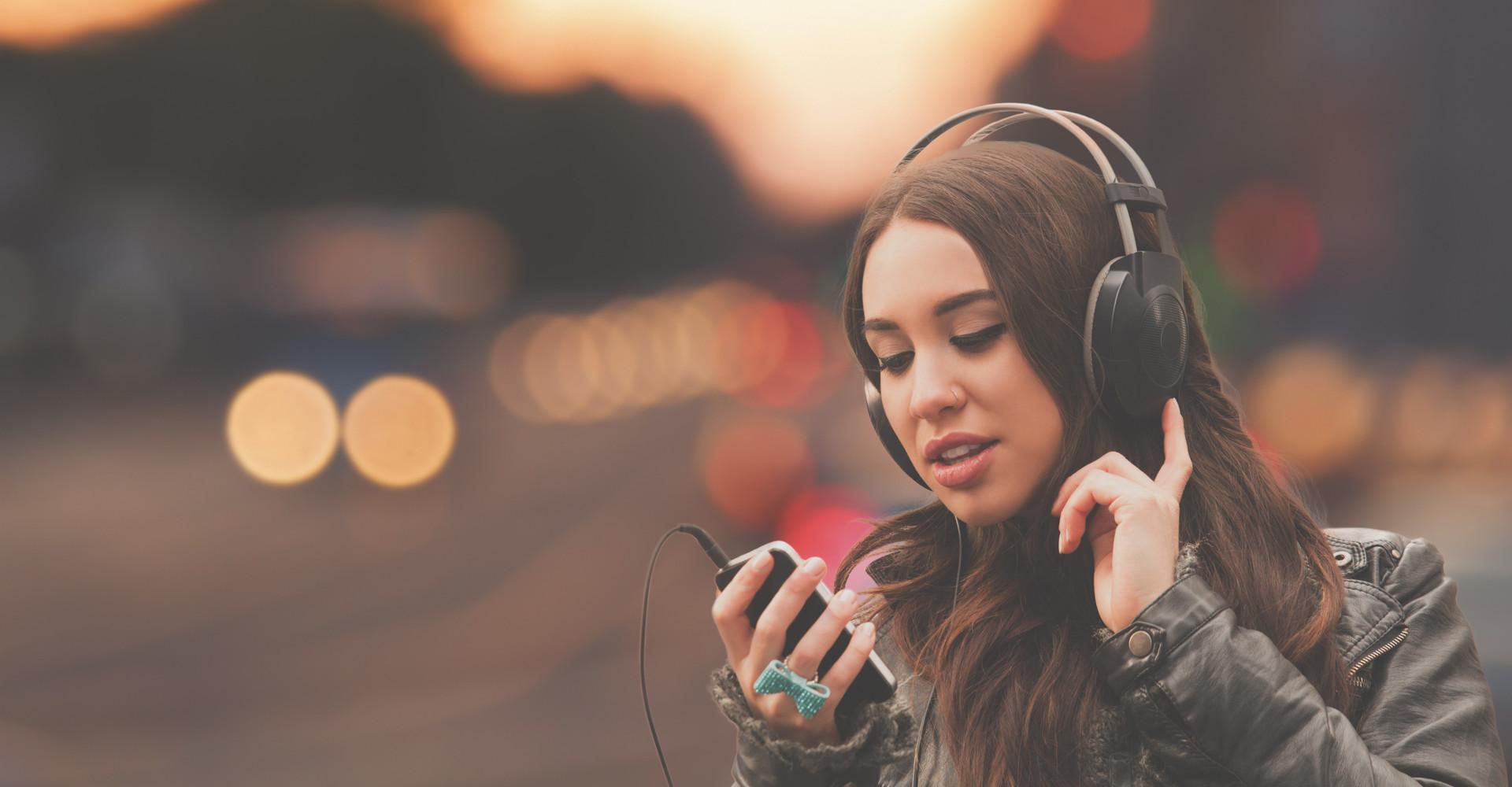 Eine Frau nutzt ihr Smartphone als Audio Recorder