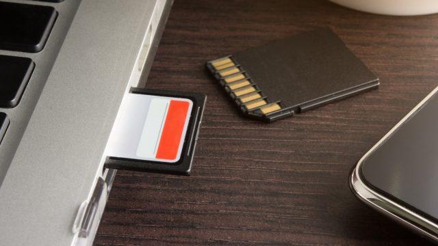 SD-Karten mit Laptop und Smartphone