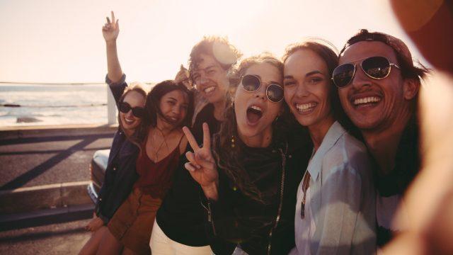 Junge Leute machen ein Selfie am Meer