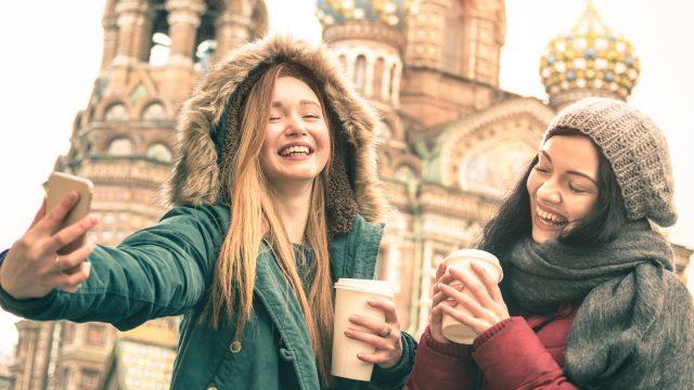 Mädchen mit dem Smartphone in Russland