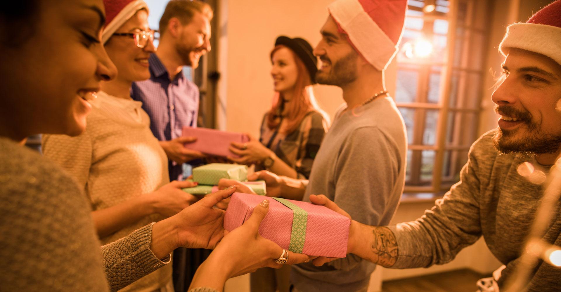 Freunde haben digitales Wichteln genutzt und überreichen sich jetzt die Geschenke