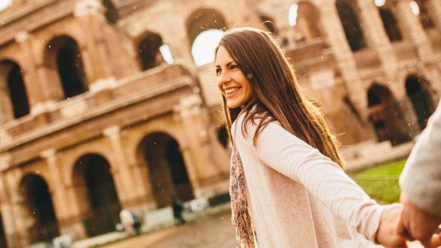 Frau vor dem Kolosseum in Rom