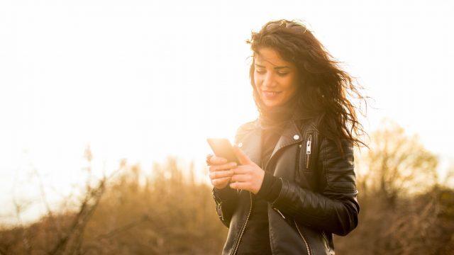 Junge Frau textet am Smartphone.