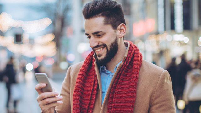 Mann entdeckt den Millennium-Falken bei Google Maps auf seinem Smartphone.