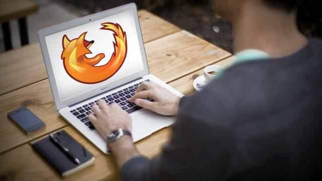 Fuchslogo auf Macbook-Air, das auf einem Schreibtisch steht