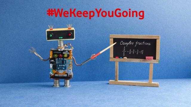 Ein Mini-Roboter zeigt eine Gleichung auf einer tafel mit einem Zeigestock an.