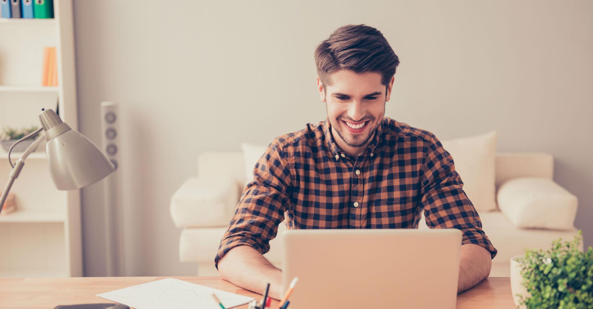 Junger Mann surft am Laptop mit Google Chrome im Netz.