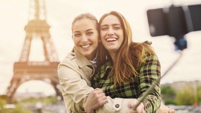 Mädchen verwenden Selfiestick für Selfie.