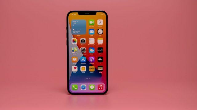 Homescreen des iPhone 12 mit zahlreichen Apps