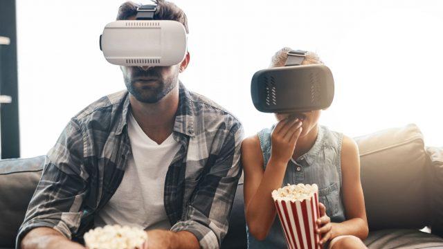 Familie sieht sich einen VR-Film an.