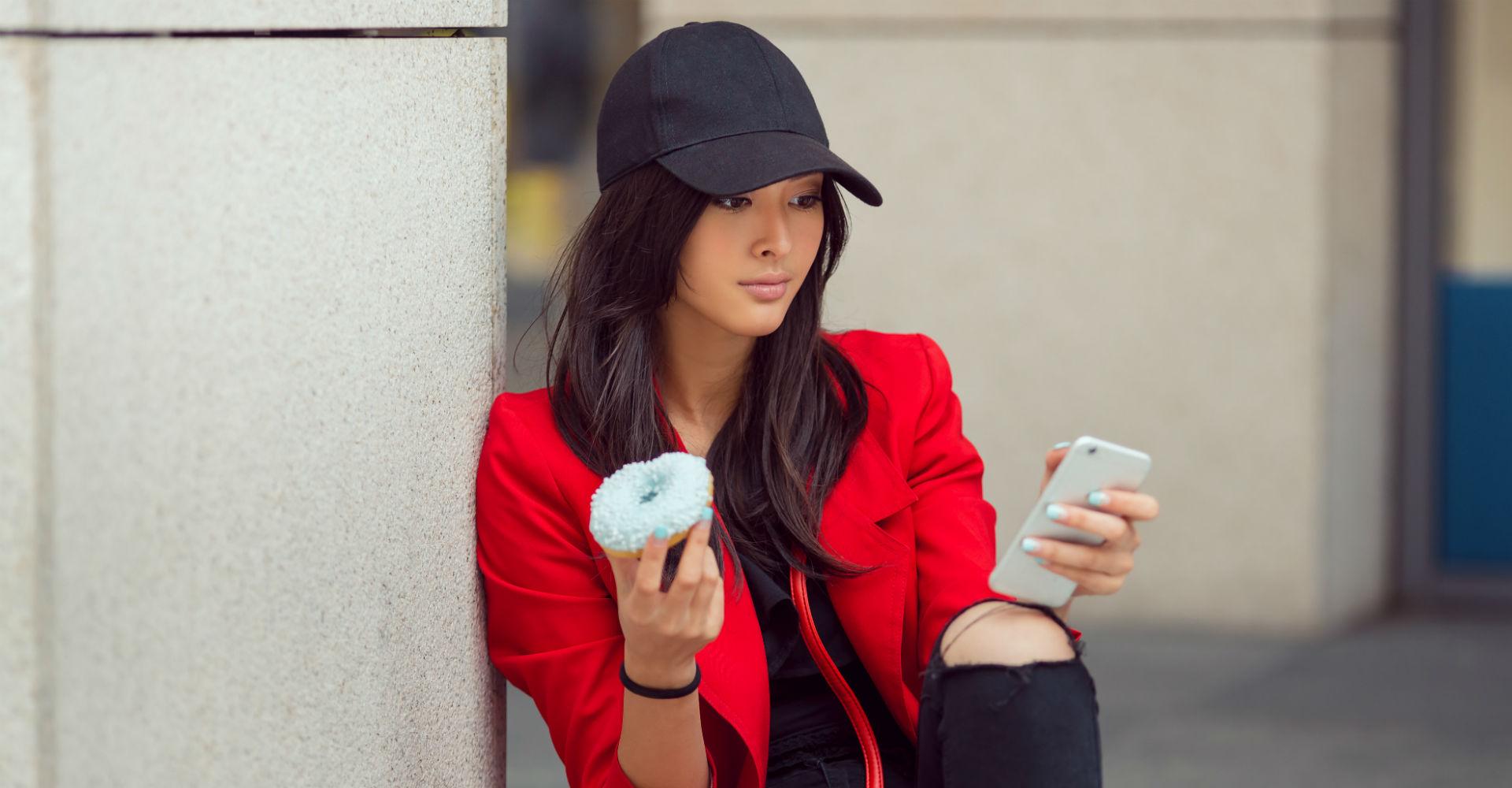 Junge Frau schreibt Nachricht am Smartphone.