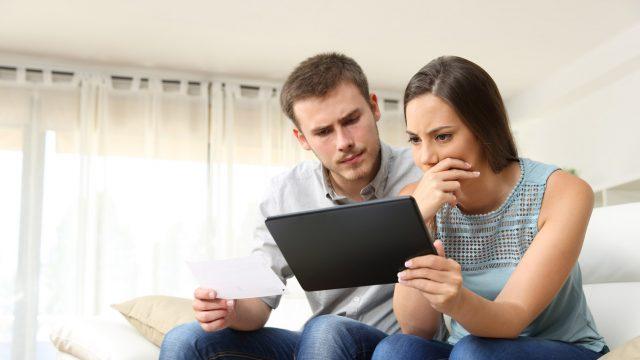 Junges Paar versucht, ein Galaxy Tab einzuschalten