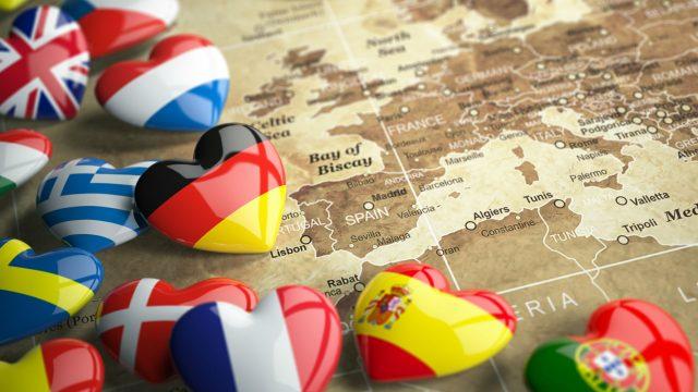 Länder-Icons liegen auf einer braunen Europakarte.