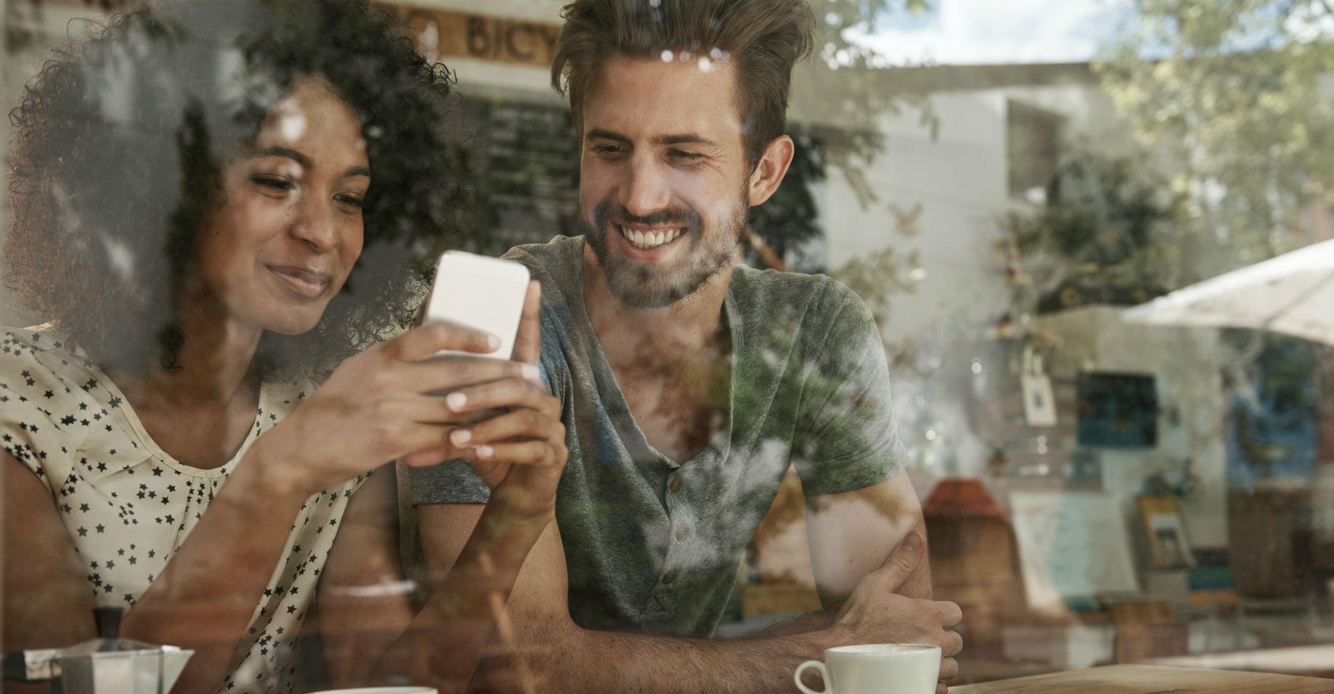 Frau verschickt Nachrichten über ihr Smartphone.