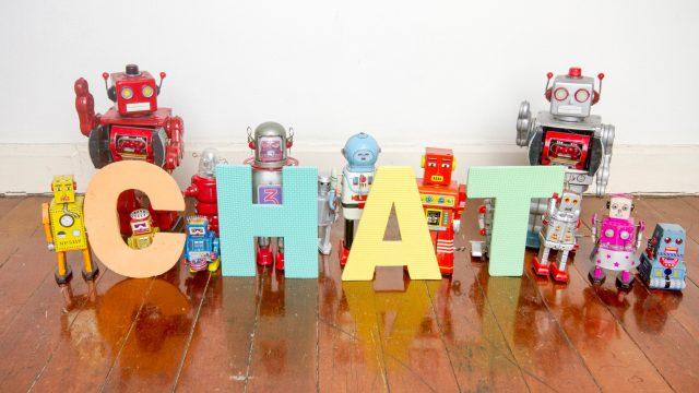 Roboterfiguren und ein Chat-Logo
