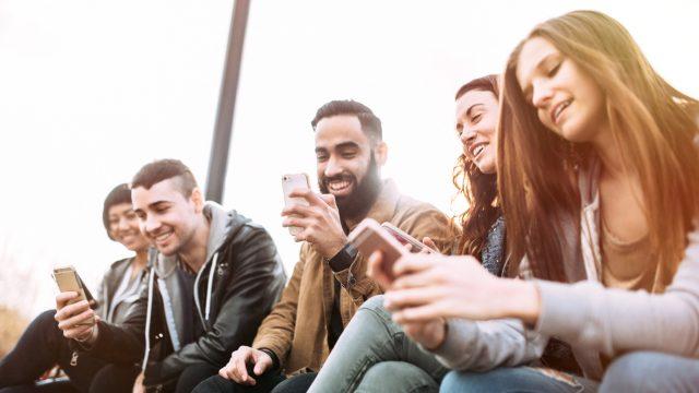 Freunde unterhalten sich in einer WhatsApp-Gruppe