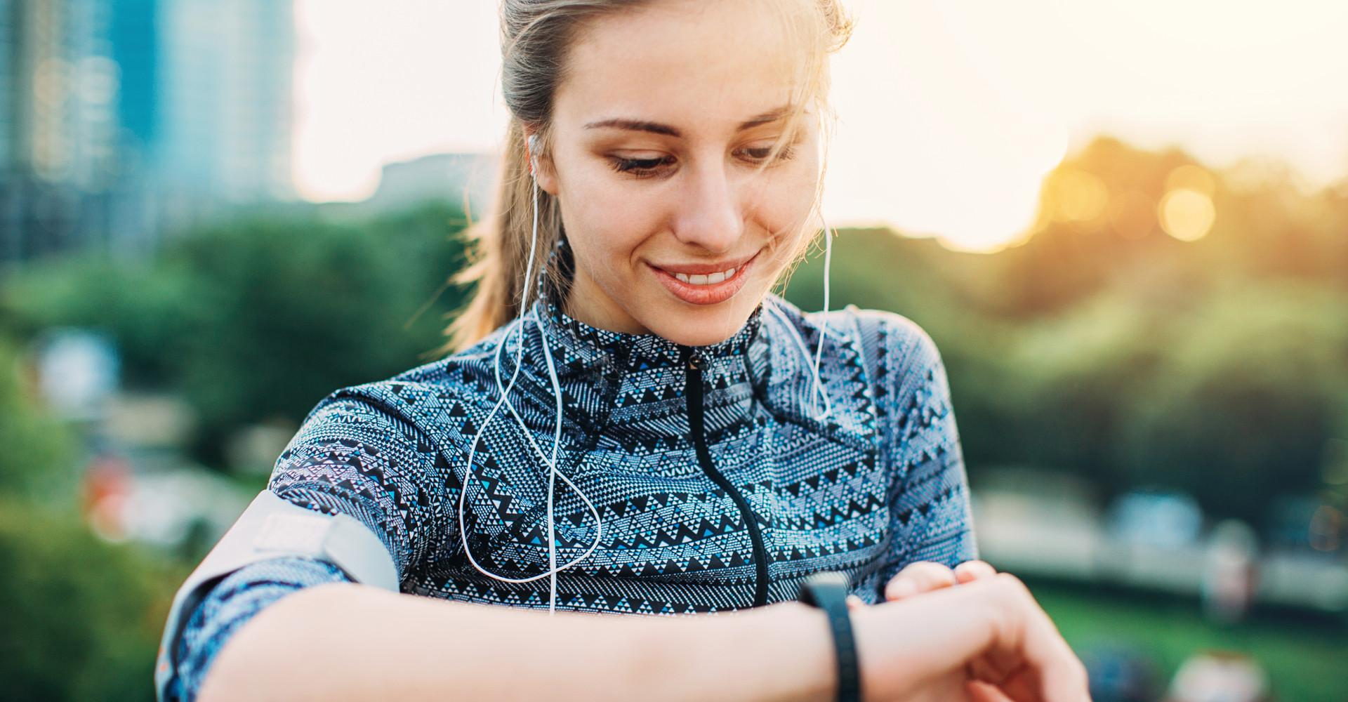 Junge Frau mit Smartwatch