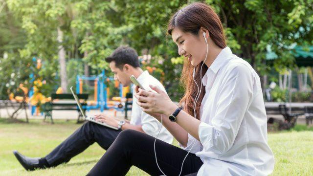 Junge Frau testet ihr neues Smartphone.