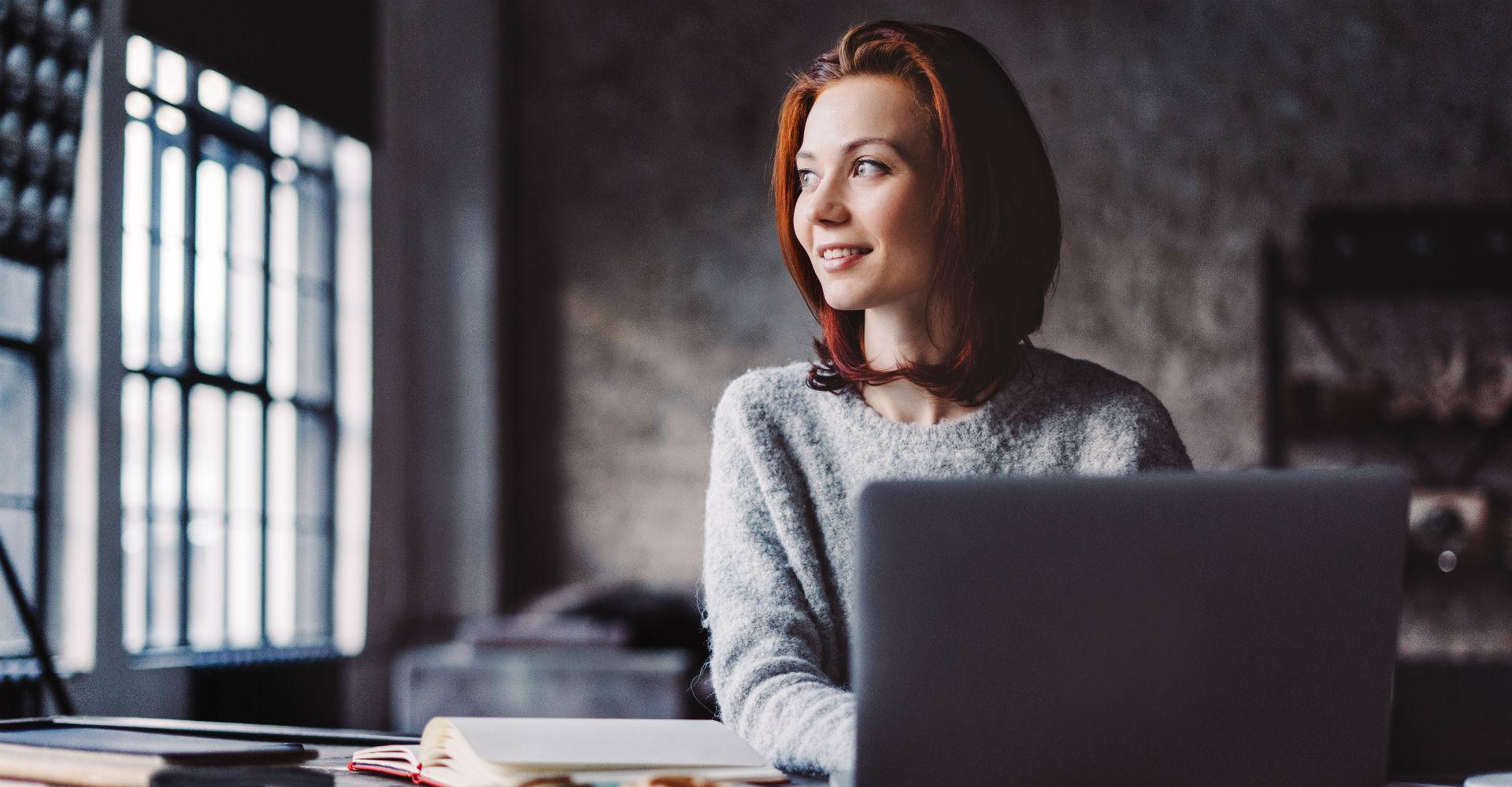 Junge Frau defragmentiert ihren Computer.