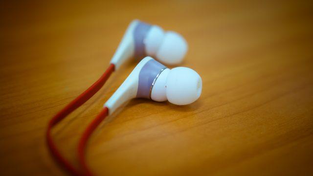 Ein Paar In-Ear-Kopfhörer auf einem Tisch