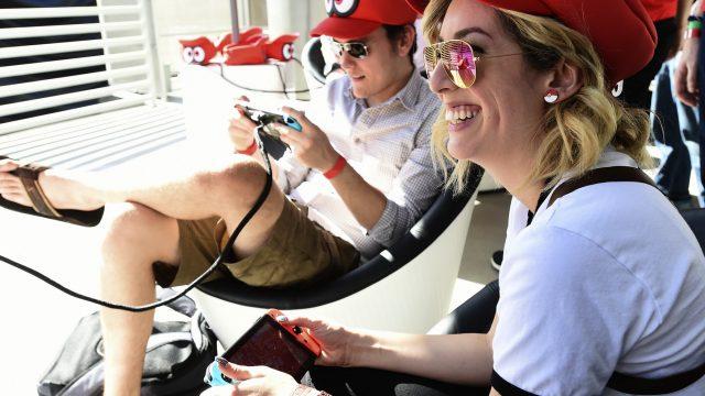 Zwei Gamer probieren Indie-Spiele auf der Nintendo Switch aus