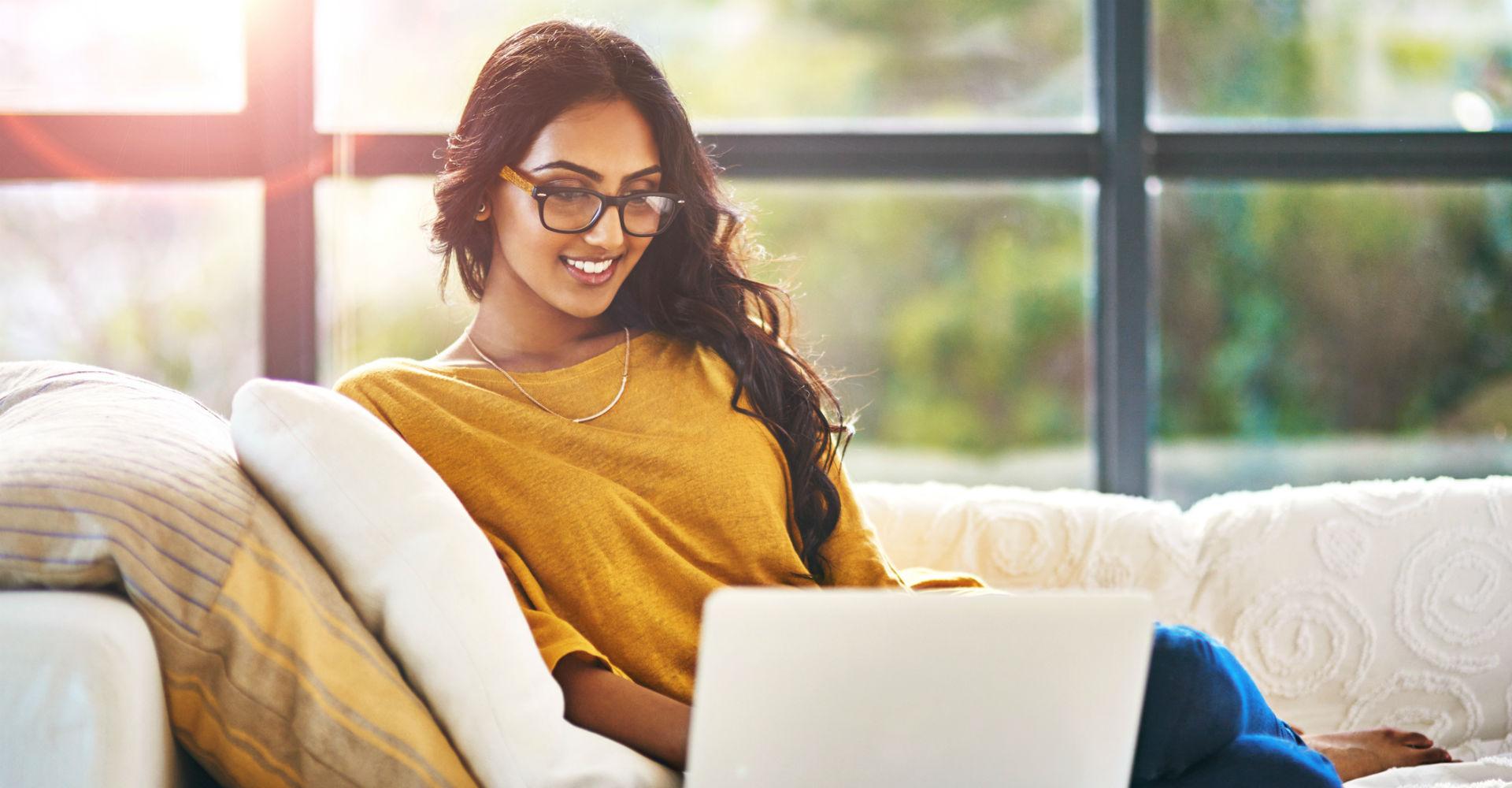Junge Frau begrenzt das WLAN zeitlich über ihren Computer.