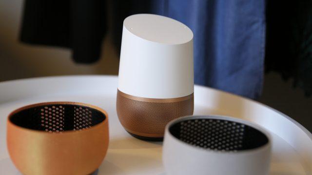 Google Home-Lautsprecher im Wohnzimmer.