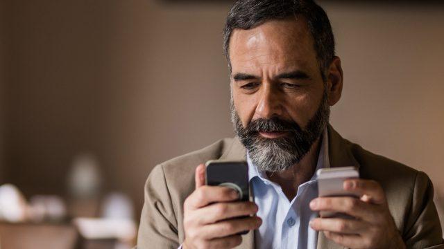 Mann überträgt Daten mit Move to iOS