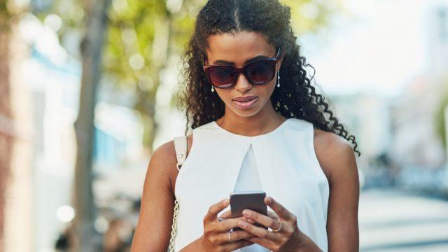 Eine junge Frau bekommt eine WhatsApp-Nachricht
