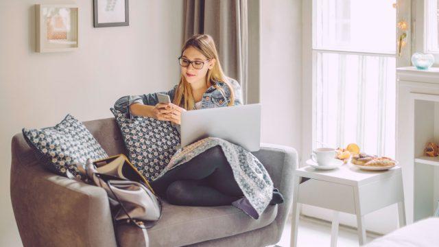 Junge Frau nutzt ihr Smartphone, um ihr Firefox-Konto zu schützen